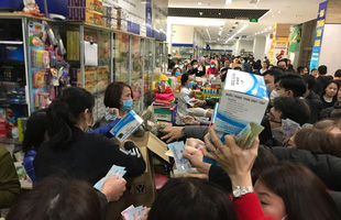 Hà Nội: Cộng đồng mạng kinh hoàng, hàng nghìn người chen lấn mua khẩu trang do lo virus Corona