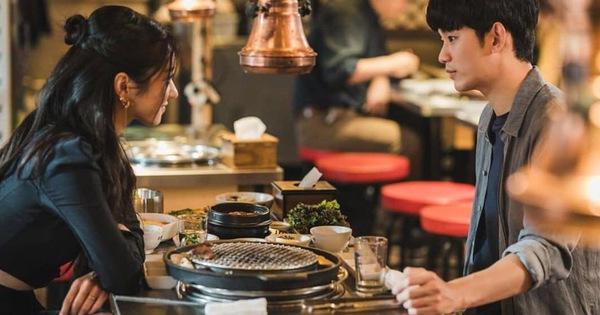 """Điên Thì Có Sao tập 7: """"Khùng nữ"""" Seo Ye Ji thả thính thành công cụ giáo Kim Soo Hyun, thời chị tới rồi tụi em ơi!"""