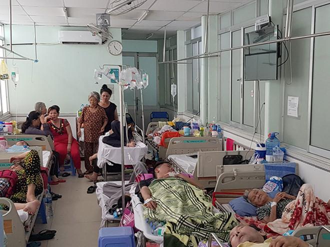 Bệnh viện tận thu giường dịch vụ?