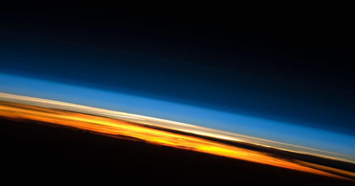 """Thứ đáng sợ đang bào mỏng khí quyển Trái Đất, """"tấn công"""" các vệ tinh"""