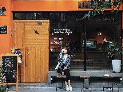 Đếm like mỏi tay ở background màu cam ngay Blackbird Coffee - quán cafe Đài Loan trong lòng Hà Nội