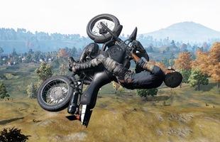 """Cuồng PUBG, anh chàng game thủ vác xe máy ra """"đổ đèo"""" trên lan can cầu khiến nhiều người rùng mình"""
