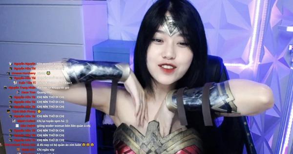 """Cosplay nữ siêu anh hùng nhưng gặp sự cố, """"thánh nữ áo 2 dây"""" Thuỷ Tiên vô tư """"chỉnh đốn"""" vùng nhạy cảm ngay trên sóng livestream"""