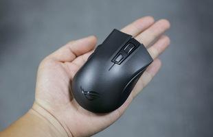 Trên tay Asus ROG Strix Carry - Chuột gaming nhỏ bé gọn nhẹ mang đi đâu cũng không sợ vướng