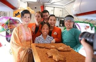 Chơi lớn, bà Tân Vlog mang cả bánh trung thu siêu to khổng lồ lên máy bay tặng hành khách