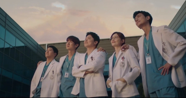 """Hospital Playlist 2 TẬP CUỐI kết thúc viên mãn mà dang dở: Ik Jun - Song Hwa yêu nhau """"tới bến"""", đôi Bồ Câu vẫn mập mờ?"""