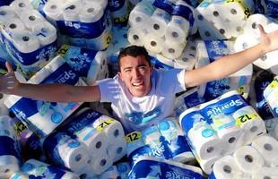 Xuất hiện NTN phiên bản nước ngoài: Ném 100.000 bịch khăn giấy xuống hồ bơi để thấm nước, Youtuber bị công kích dữ dội