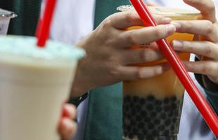 Một người bị suy gan thận nghi do ngộ độc trà sữa trân châu