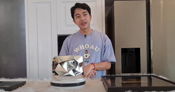 """Review """"thành quả"""" 10 triệu subs YouTube: Cris Phan tiết lộ điểm khác biệt lớn nhất giữa nút Kim Cương và nút Vàng, đó là gì?"""