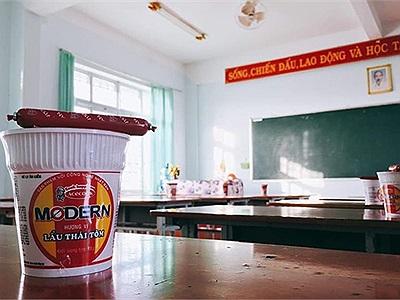"""Quà tặng độc đáo 20/10 lớp """"người ta"""": Mỳ tôm kèm xúc xích ăn liền, thế đã đủ """"chất"""" chưa?"""