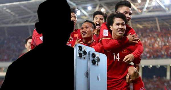 Một cầu thủ tuyển Việt vừa đập hộp iPhone 13 mới cóng, nhưng lại low-tech đến khó tin?