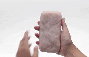 Đây là ốp điện thoại bằng da nhân tạo có thể nhận diện bàn tay người dùng, cù lét còn biết tạo hình mặt cười