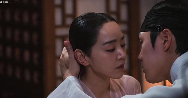 Vừa mới được thị tẩm, Shin Hye Sun đã phũ đẹp lời tỏ tình của Kim Jung Hyun ở Mr. Queen tập 14