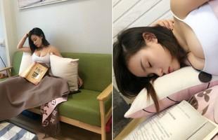 Đọc sách rồi ngủ gật lộ phần lớn vòng một gợi cảm, cô nàng bỗng chốc vụt sáng thành hot girl chỉ sau một ngày