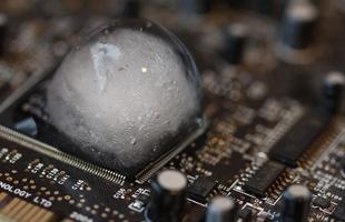 """Đặt viên nước đá lên CPU, hiện tượng xảy ra mới thấy CPU tản nhiệt cực """"đỉnh"""" đến mức độ nào"""