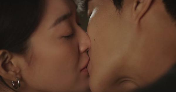 """Shin Min Ah vừa tỏ tình, Kim Seon Ho đã """"đáp lễ"""" bằng nụ hôn ngọt lịm ở Hometown Cha-Cha-Cha tập 10"""