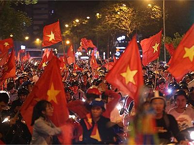 Việt Nam vào bán kết: FAN VIỆT ĐỔ XÔ RA ĐƯỜNG ĐI BÃO, đường phố nhuộm sắc đỏ sao vàng